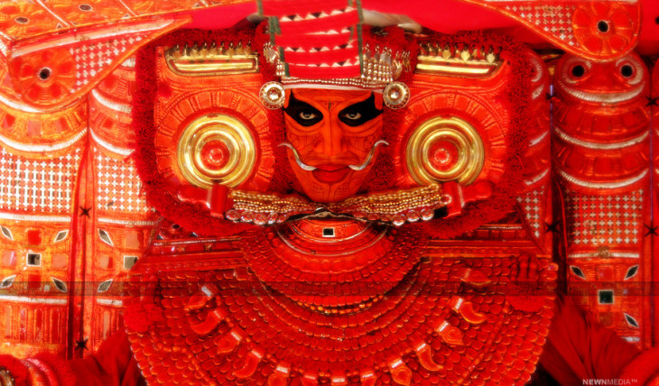 Chandran Peruvannan as Vallarkulangra Bhagavathi (Thai Paradevatha) Theyyam during the Kaliyattam at Sree Thuluvan Tharavadu, Mathamangalam. Photography by Hareesh N. Nampoothiri (Haree), NEWNMEDIA™.